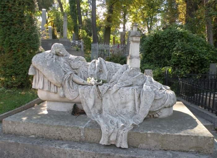 cmentarz-lyczakowski-kobieta.jpg